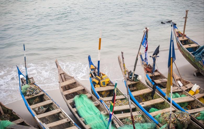 Färgglada fiskebåtar längs Afrikas Guldkust