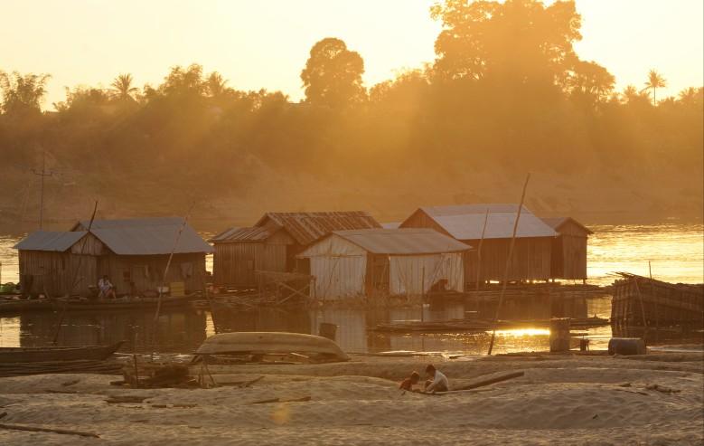 Flytande fiskeby i Si Phan Don i Laos