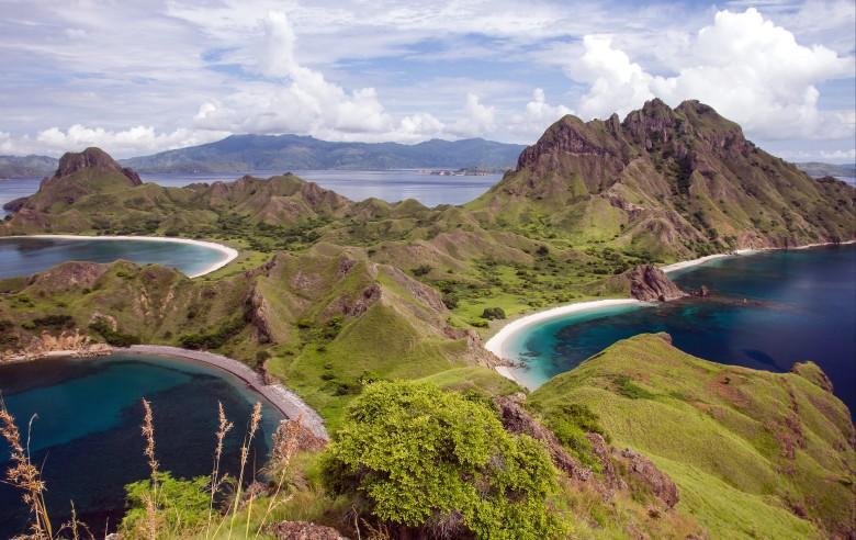 Ön Rinca med Komodo i bakgrunden