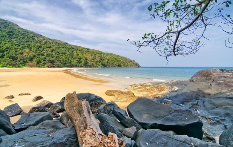 Stillsam strand på Con Dao